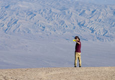 Один молодой человек принимает фото в пустыне с smartphone Стоковая Фотография RF