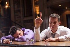 Один молодой человек спать на счетчике Стоковое фото RF
