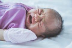Один младенец недели старый плача в одеяле Стоковая Фотография