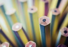 Один новый карандаш стоя вне от тупых одних Руководство, uni Стоковые Фото