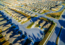 Один дом с панелями солнечных батарей на домах захода солнца крыши пригородных к северу от Остина около круглого утеса Стоковые Фотографии RF