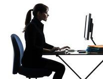 Силуэт компьютера женщины дела вычисляя печатая на машинке Стоковая Фотография