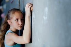Один подросток взбираясь стена утеса крытая Стоковые Изображения RF