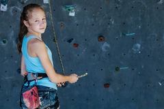 Один подросток взбираясь стена утеса крытая Стоковое Фото