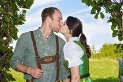 Один другого баварских пар целуя Стоковое фото RF