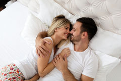 Один другого красивого человека и красивой женщины целуя Стоковое Изображение RF
