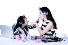 Один другого носа матери и ребенка касающий Стоковое Изображение