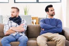 Один другого пар гомосексуалиста быть в дурном настроении стоковое изображение rf