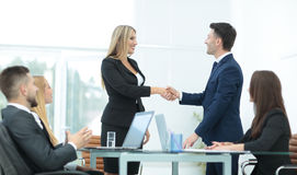 Один другого приветствию делового партнера с рукопожатием Стоковое Изображение RF