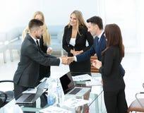 Один другого приветствию делового партнера с рукопожатием Стоковая Фотография
