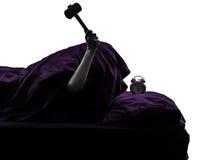 Один силуэт будильника кровати персоны ломая Стоковые Фотографии RF