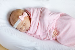 Один спать ребёнка недели старый newborn обернутый в одеяле Стоковое фото RF