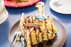 Один торт года Пирожное дня рождения с одно игра гитары приветствиям дня рождения творческий коллега пеет 3 Стоковая Фотография