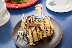 Один торт года Пирожное дня рождения с одно игра гитары приветствиям дня рождения творческий коллега пеет 3 Стоковые Изображения RF