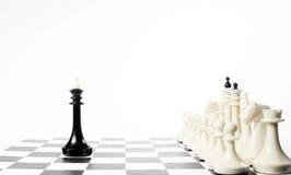 Один черный король шахмат перед враждебной командой драка неравная стоковое фото rf