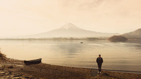 Один человек 30s путешественника Азии к 40s стоя на земле на стороне  Стоковые Изображения RF