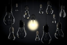 Один шарик освещая вверх по комнате с электрическими лампочками смертной казни через повешение на проводах Стоковая Фотография RF