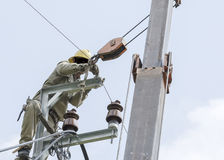 Один электрик взбираясь на электрическом ремонтирует электрического плена Стоковое фото RF