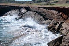 Одичалая береговая линия Аруба в Вест-Инди стоковые фото