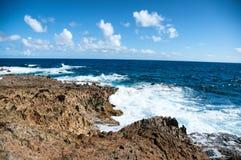 Одичалая береговая линия Аруба в Вест-Инди стоковая фотография rf