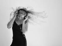 Одичалая девушка волос музыки с наушниками Стоковое фото RF