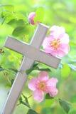 Одичалое Роза Entwined вокруг креста Стоковые Фотографии RF