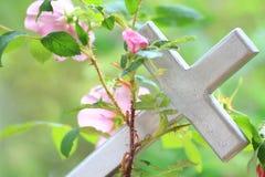 Одичалое Роза Entwined вокруг креста Стоковые Изображения