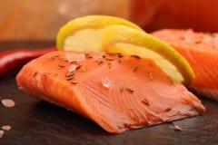 Одичалое salmon филе посоленное с розовым гималайским солью, лимоном и cum стоковые изображения rf
