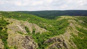 Одичалые горы Балканов лесистые сток-видео