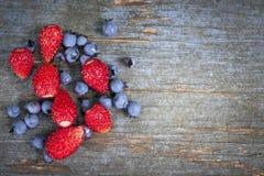Одичалые ягоды на деревянной предпосылке Стоковые Фотографии RF