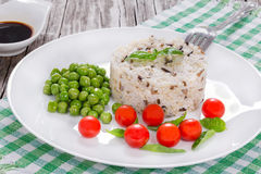 Одичалый и коричневый органический рис с томатами вишни, зелеными горохами Стоковая Фотография RF