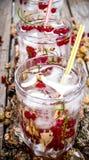 Одичалый коктеиль смородины 3 с льдом на деревянном столе Стоковые Фото