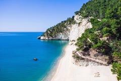 Одичалый пляж в пляже Zagare delle Gargano Baia, Италия Стоковое фото RF