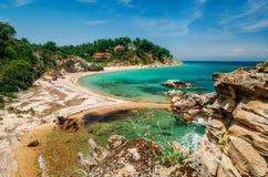 Одичалый пляж в Vourvourou, Sithonia, Греции Стоковые Изображения