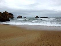Одичалый пляж с утесами Стоковые Изображения