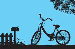 Одна автостоянка велосипеда под зацветая деревом цветка около деревянных загородки и почтового ящика, флористического луга на том Стоковое Фото
