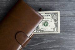Одна банкнота доллара в длинном коричневом бумажнике Стоковая Фотография