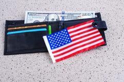 Одна банкнота 100 долларов, черного портмоне и американский флаг Стоковое фото RF