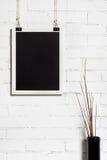 Одна белая рамка на белой кирпичной стене Стоковая Фотография