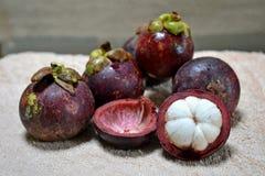 одна белизна стойки мангустана плодоовощ предпосылки Стоковые Изображения RF