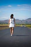 одна гуляя женщина Стоковые Изображения RF