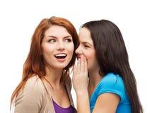 Одна девушка говоря другой секрет Стоковые Фото
