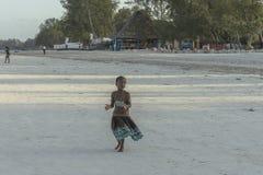 Одна девушка на пляже Занзибара Стоковое фото RF