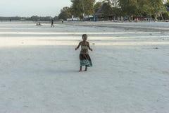 Одна девушка на пляже Занзибара Стоковое Изображение