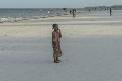 Одна девушка на пляже Занзибара Стоковые Фотографии RF