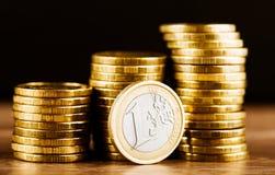 одна деньг монетки и золота евро Стоковое Фото