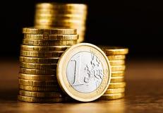 одна деньг монетки и золота евро Стоковые Изображения