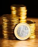 одна деньг монетки и золота евро Стоковая Фотография