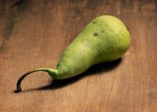 Одна зеленая груша на деревянном Стоковые Фотографии RF