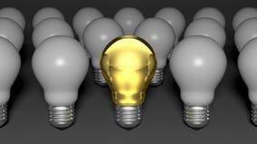 Одна золотая электрическая лампочка среди много шариков белого света Стоковые Фотографии RF
